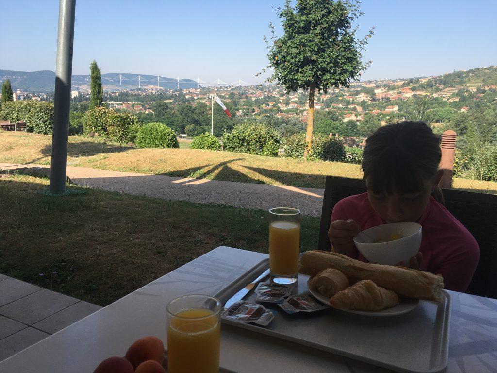 Petit déjeuner avec vue sur le Viaduc de Millau