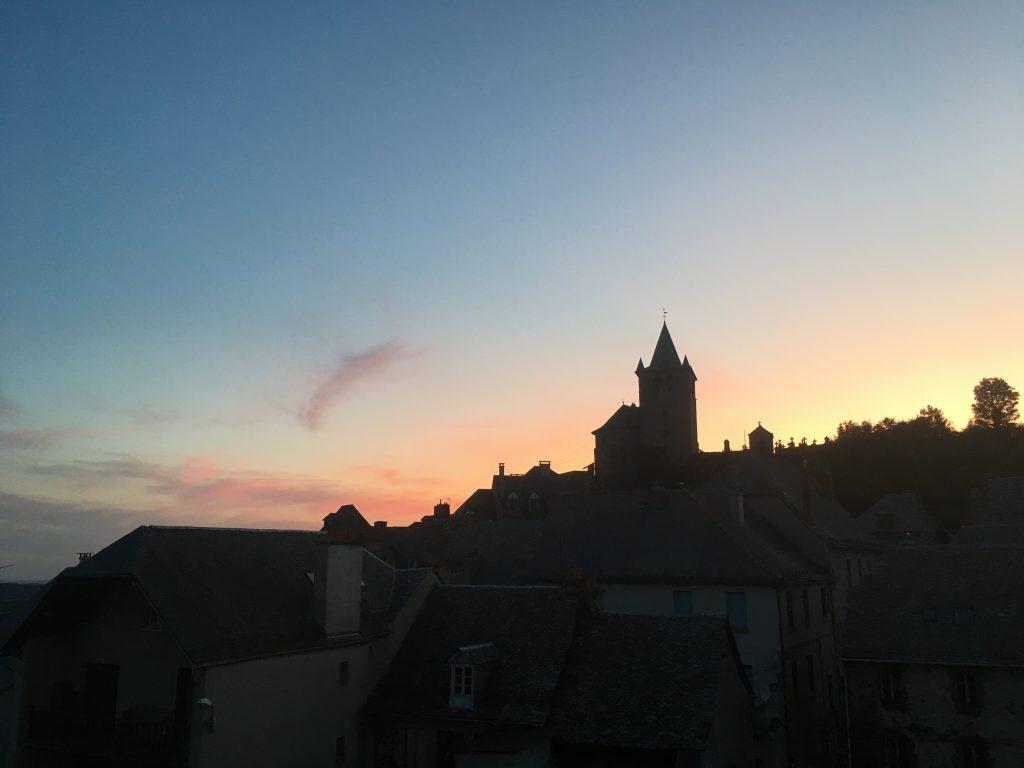 Aveyron en famille coucher de soleil à Laguiole